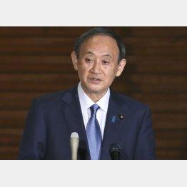 「反省している」と陳謝したが…(16日、記者団の会食についての質問に答える菅首相)/(C)共同通信社