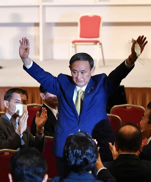 自民党の新総裁に選出され、拍手に応える菅官房長官(C)JMPA