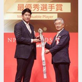 NPB AWARDS 2020でMVPに選ばれた巨人・菅野(C)日刊ゲンダイ
