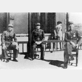 西安を訪れた蒋介石(右)と写真に納まる張学良(左)。中央は楊虎城(撮影年月日不明)/(C)共同通信社