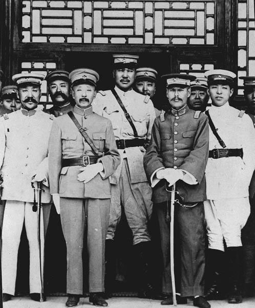 父親の張作霖将軍(左2)と並んで写真に納まる張学良氏(右端)/(C)共同通信社