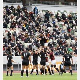 スタンドには大勢のファンが(緊急事態宣言下で観客を入れて開催されたラグビー全国大学選手権決勝の天理大―早大戦)/(C)共同通信社