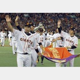 2012年の日本シリーズは4勝2敗で巨人が制した(左が阿部)/(C)日刊ゲンダイ