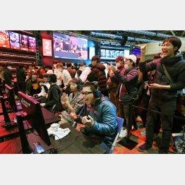 eスポーツの大会で、戦場を舞台にしたシューティングゲームの試合に勝利し、喜ぶ選手ら。連携の取れたチームプレーに歓声が上がる(C)共同通信社