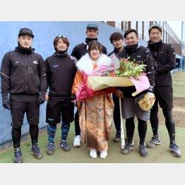 ベイスターズの自主トレに伺い、みなさんから祝福してもらいました。左から石田健太、三嶋一輝、国吉佑樹、伊勢大夢、山崎康晃、飯塚悟史の主力投手陣(提供写真)