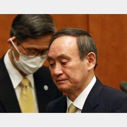 すでに支持と不支持が逆転、いつまで持つのか(菅首相=右、左は新型コロナウイルス感染症対策分科会の尾身会長)/(C)JMPA
