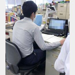 保健所はすでに「限界」/(新型コロナウイルスの相談電話を受ける保健所職員) (C)共同通信社