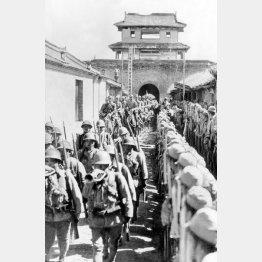日中戦争。市の城壁を伝って、河北省保定に入城する日本軍兵士(INTERNATIONAL NEWS PHOTOS)