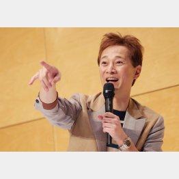 中居正広は退所会見でジャニー喜多川さんの遺骨の入った小瓶を…(C)日刊ゲンダイ