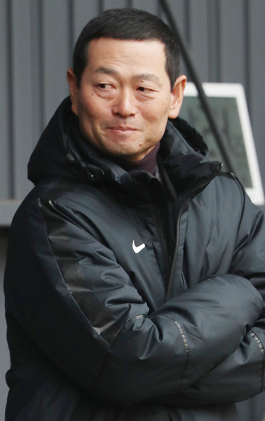 腕を撫す桑田チーフコーチ補佐(C)日刊ゲンダイ
