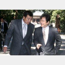 2007年春季キャンプで話す清武代表(右)と原監督(C)日刊ゲンダイ