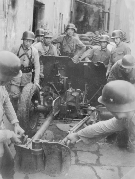 中国軍砲兵隊(昭和12年10月25日、場所不明)/(C)共同通信社