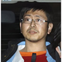 移送される奥野淳也容疑者(C)共同通信社