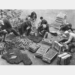 敵から奪った武器弾薬を箱から取り出して分類する中国共産党軍(1937~45年ごろ=Mary Evans/Grenville Collins Postcard Collection/共同通信イメージズ)