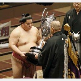 日本相撲協会の八角理事長から賜杯を受け取る大栄翔(C)共同通信社