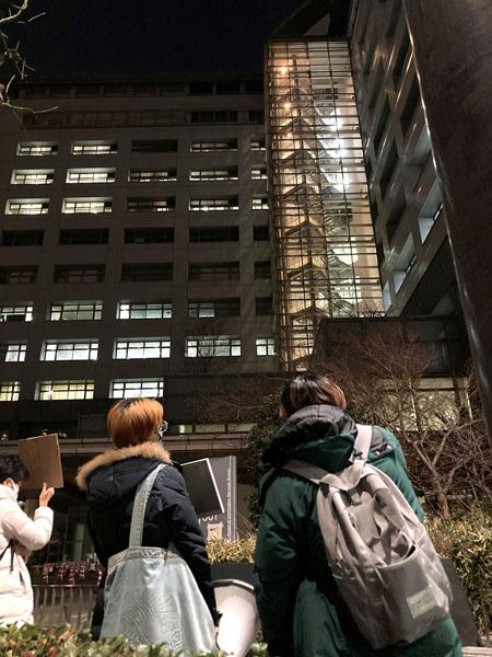 抗議開始直後、ブラインドを下す職員も(東京入管)/(C)日刊ゲンダイ