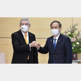 優先すべきは中止の決断(菅首相とIOCのバッハ会長)/(C)共同通信社
