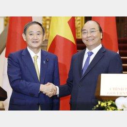 定期便再開で合意も…(菅首相とベトナムのフック首相=代表撮影・共同)