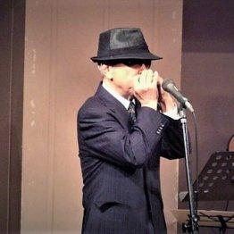 鍬形圭造さん<2>趣味のハーモニカで施設を慰問