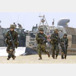 米軍との実動訓練を行う陸自の水陸機動団(2020年2月、沖縄県金武町の米軍ブルービーチ訓練場)/(C)共同通信社