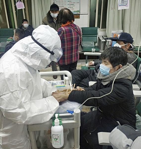 検査へのヒントになる(治療を受ける、新型コロナウイルスの感染が疑われる患者=中国・武漢)/(C)ロイター=共同
