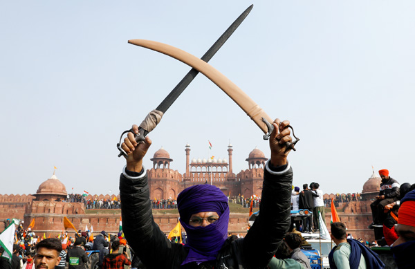 「赤い城」前で抗議デモをする農民たち(C)ロイター