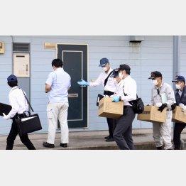 家畜盗難でベトナム人のアパートを家宅捜索する群馬県警(C)共同通信社