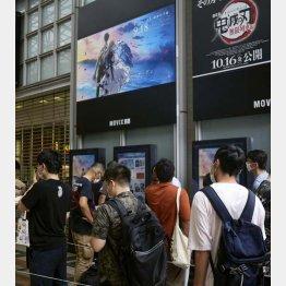 「劇場版 ヴァイオレット・エヴァーガーデン」が上映される映画館前に並ぶ人たち(C)共同通信社