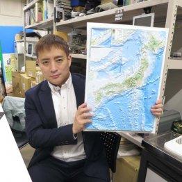 家庭用立体地図を手にする、地球技研の芝原暁彦所長(提供写真)