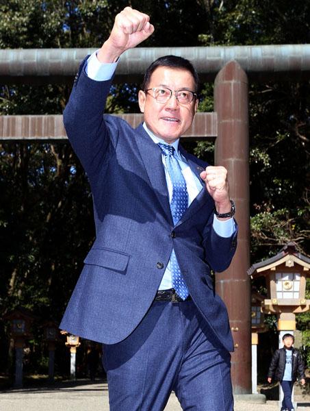 宮崎神宮の鳥居の前でガッツポーズをする原監督(C)日刊ゲンダイ