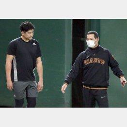 話し込む菅野(左)と桑田補佐(C)日刊ゲンダイ