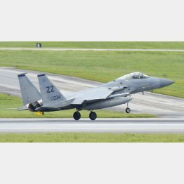 沖縄県の米空軍嘉手納基地で訓練を行うF15戦闘機(C)共同通信社