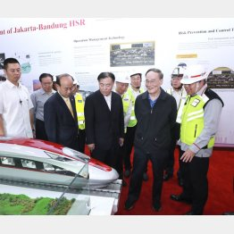 インドネシアは中国に逆転された(ジャカルタ―バンドン高速鉄道の1号トンネルに関する説明を聞く中国の特使ら)/(C)新華社/共同通信イメージズ
