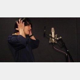 スタジオでレコーディング(C)マセキ芸能社