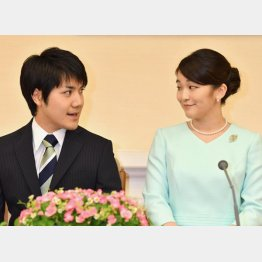 2017年9月の婚約内定会見での眞子さまと小室圭さん(C)JMPA
