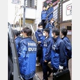 持続化給付金詐欺の疑いで、キャバクラ店の家宅捜索を終えた静岡県警の捜査員ら(C)共同通信社