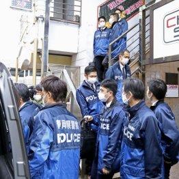 持続化給付金詐欺の疑いで、キャバクラ店の家宅捜索を終えた静岡県警の捜査員ら