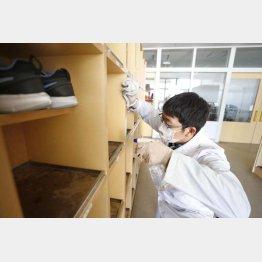 念には念を入れていたが…(新型コロナウイルス感染拡大の影響で休校となった北海道北広島市の公立小学校で行われた消毒作業=2020年02月)/(C)共同通信社