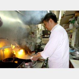 厨房で腕を振るう店主(C)日刊ゲンダイ