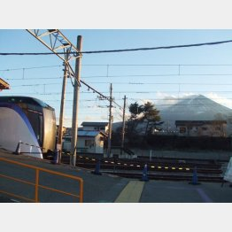 河口湖駅から富士山を望む(C)日刊ゲンダイ