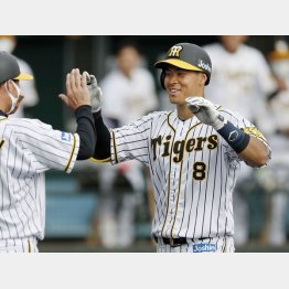 佐藤(右)は本塁打を放って笑顔(C)共同通信社