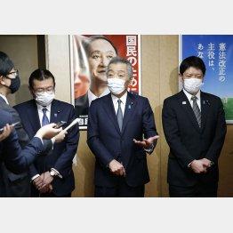 「国民のために」(後方)、はないのか(左から、離党会見をする大塚高司、松本純、田野瀬太道3議員)/(C)日刊ゲンダイ