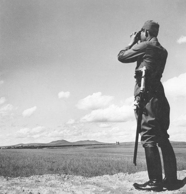 双眼鏡で中国の村を見張る日本人兵士(C)Robert Hunt Library/Mary Evans/共同通信イメージズ