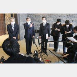 取材に応じる小林社長(左から2人目、2020年12月)/(C)共同通信社