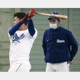 石川昂(左)に打撃指導をする立浪和義臨時コーチ(C)共同通信社