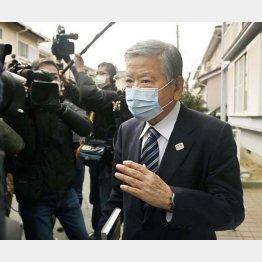 12日に自宅前で記者に囲まれた川淵氏(C)共同通信社