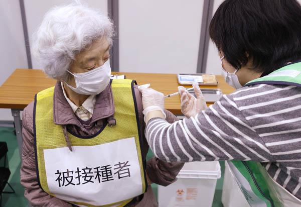 厚労省と川崎市が実施した集団接種の初訓練(C)共同通信社