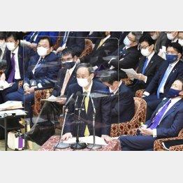 衆院予算委で答弁する菅首相(中央)/(C)共同通信社