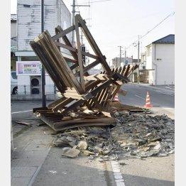 福島県桑折町では、倒れた住宅の門が道路をふさいでいた(14日)/(C)共同通信社