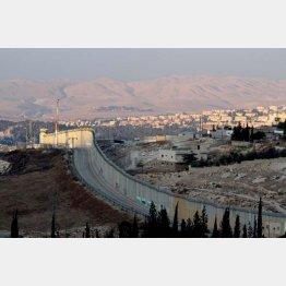 ヨルダン川西岸に建設されるユダヤ人入植地(2014年)/(撮影)藤原亮司